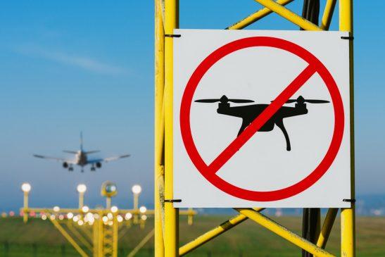 ドローンを禁止する標識と飛行機