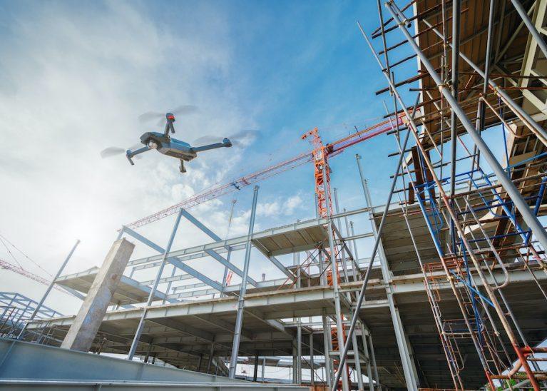 工事現場を飛ぶドローン