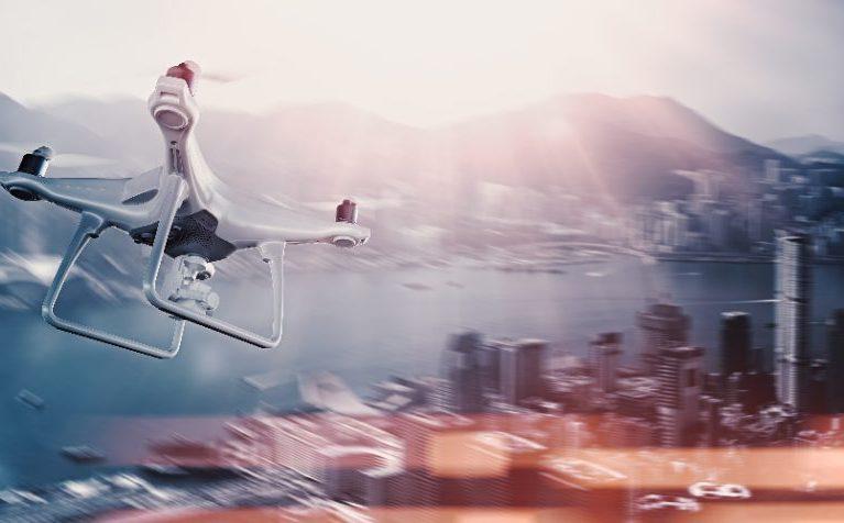 都市の上を飛行するドローン